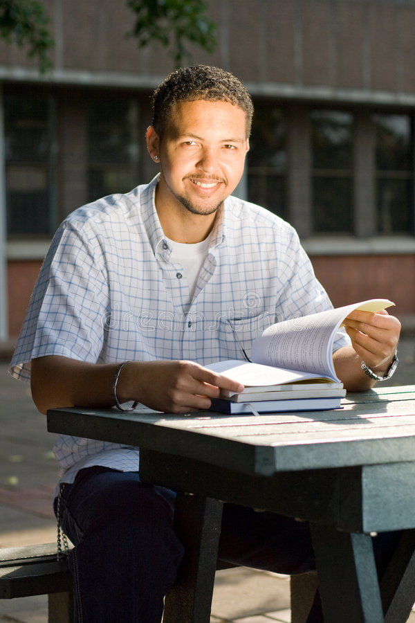 Estudiante universitario de sexo masculino imagen de archivo libre de regalías