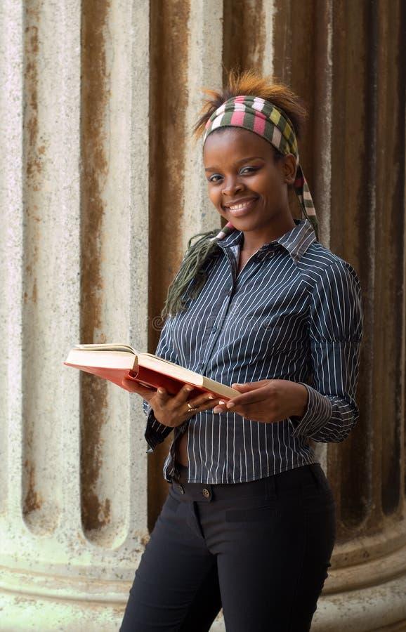 Estudiante universitario del afroamericano imagen de archivo