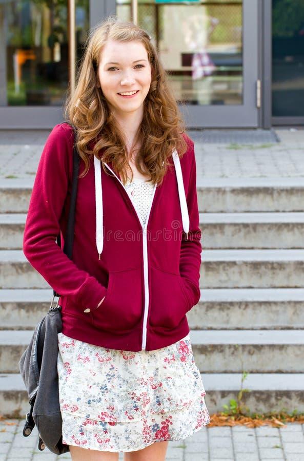 Estudiante universitario en campus fotos de archivo