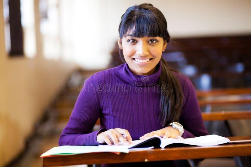Estudiante universitario en sala de clase fotografía de archivo
