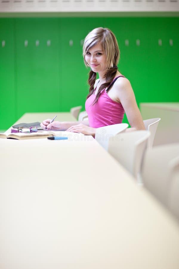 Estudiante universitario en una sala de clase fotos de archivo libres de regalías