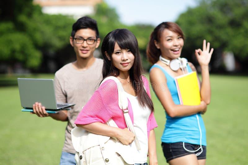 Estudiante universitario feliz de la muchacha fotos de archivo