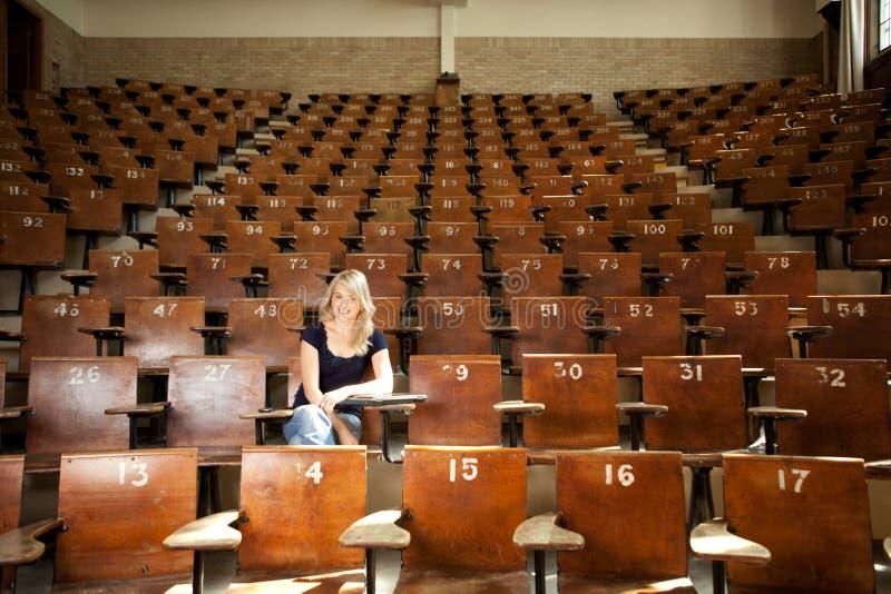 Estudiante universitario feliz en la conferencia pasillo imagen de archivo libre de regalías