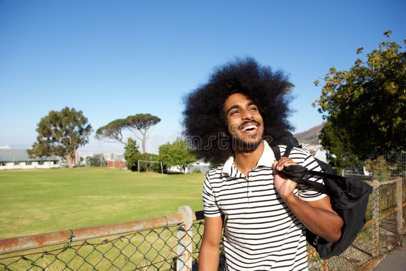 Estudiante universitario feliz que camina a casa fotografía de archivo