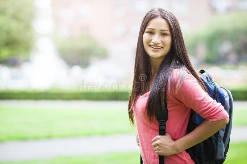 Estudiante universitario hispánico fotos de archivo libres de regalías