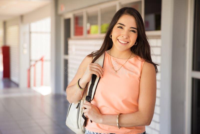 Estudiante universitario latino feliz imagenes de archivo