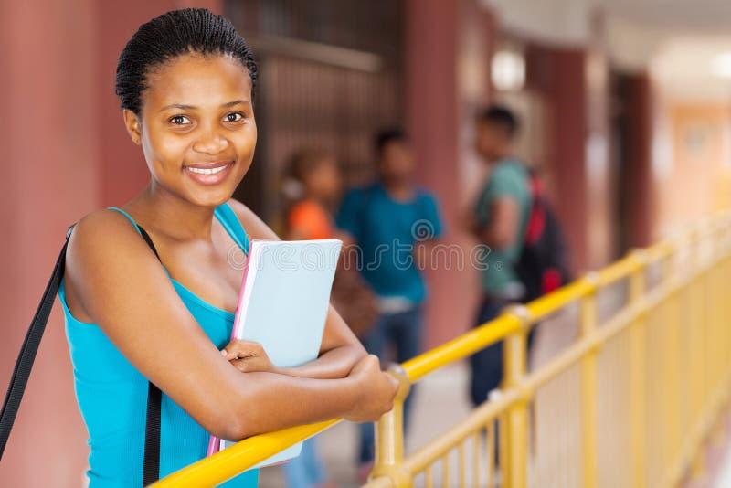 Estudiante universitario negro foto de archivo libre de regalías