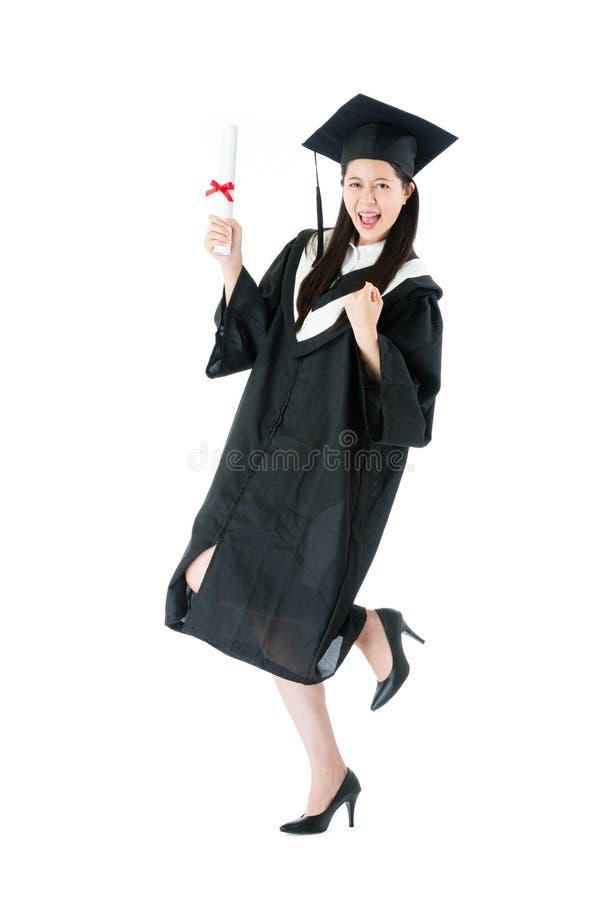 Estudiante universitario que consigue el certificado del diploma imagen de archivo libre de regalías