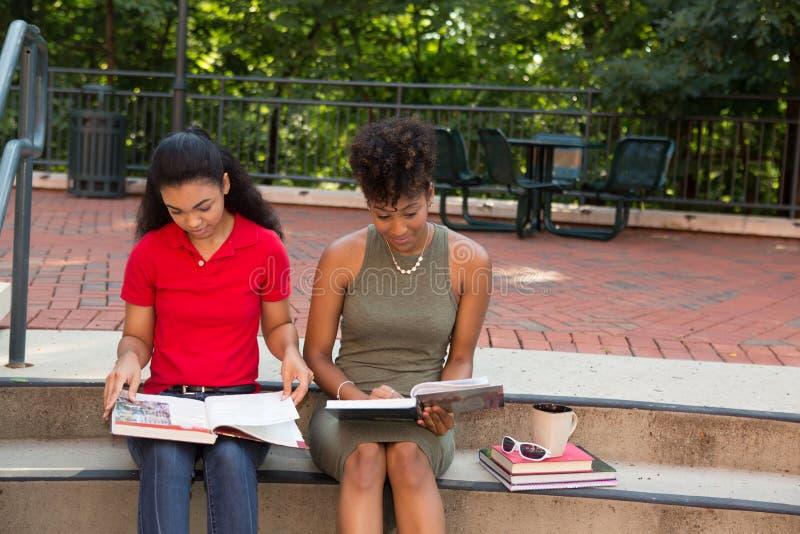 estudiante universitario 2 que estudia en campus imágenes de archivo libres de regalías