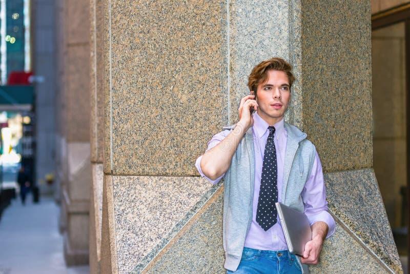 Download Estudiante Universitario Que Invita A La Calle Imagen de archivo - Imagen de fashionable, retrato: 100535759