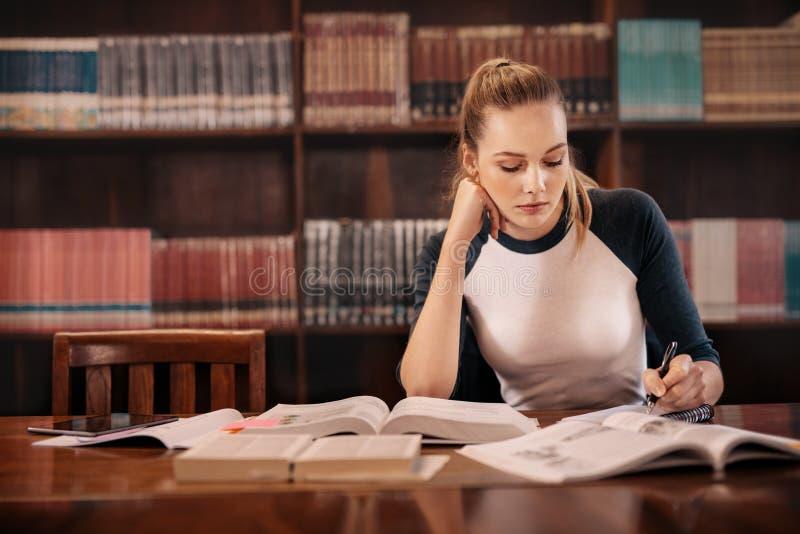 Estudiante universitario que se prepara para el examen fotografía de archivo libre de regalías