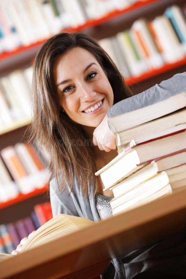 Estudiante universitario sonriente foto de archivo libre de regalías