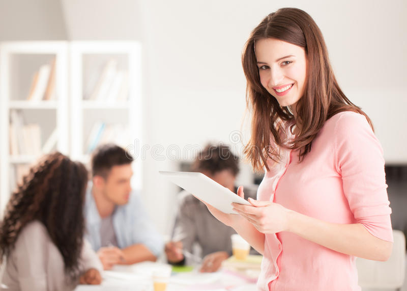 Estudiante universitario sonriente With una tableta imagenes de archivo