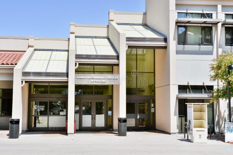 Estudiante y edificio de servicios comunitarios en De Anza College, Cupertino foto de archivo
