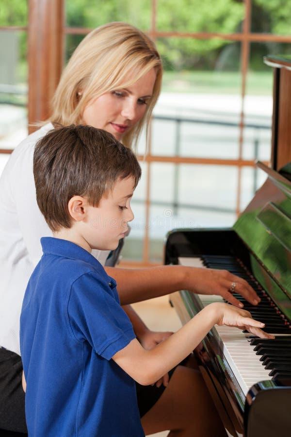 Estudiante y profesor del piano imagen de archivo