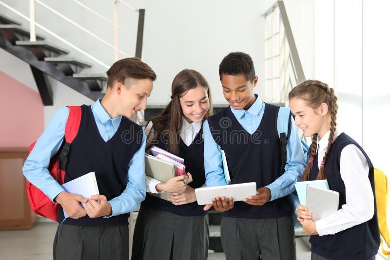 Estudiantes adolescentes en uniforme escolar elegante imagenes de archivo