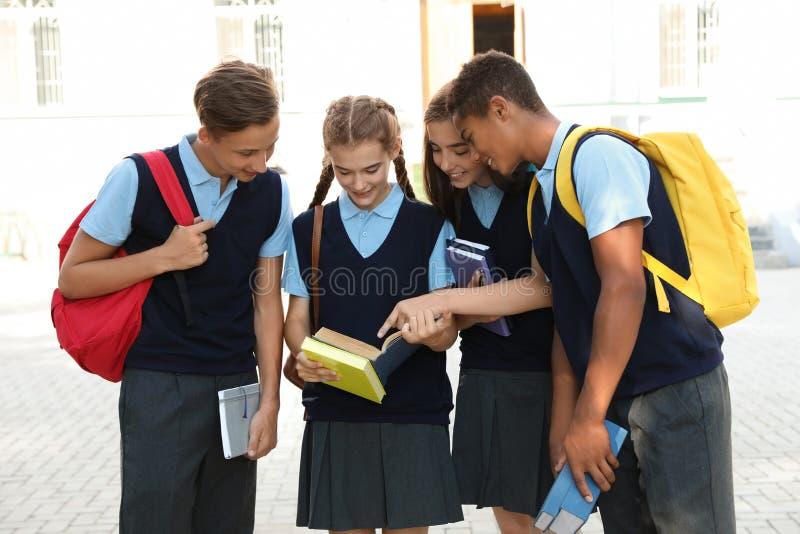 Estudiantes adolescentes en uniforme escolar elegante fotografía de archivo