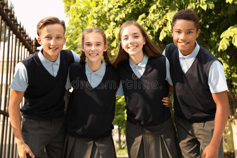 Estudiantes adolescentes en uniforme escolar elegante fotos de archivo