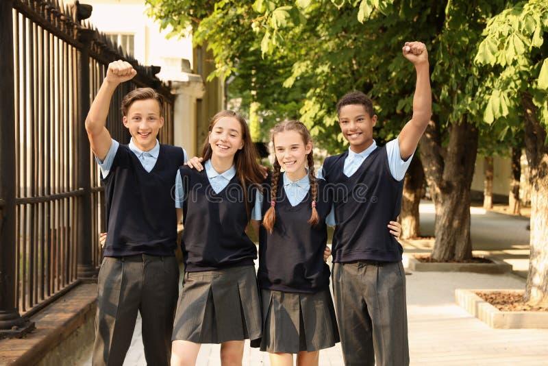 Estudiantes adolescentes en uniforme escolar elegante foto de archivo libre de regalías