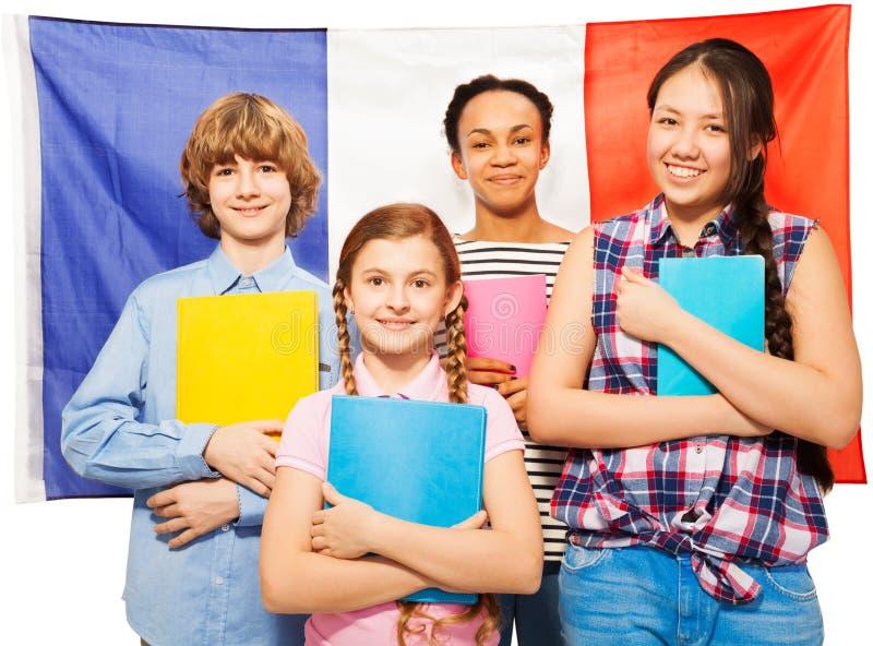 Estudiantes adolescentes franceses felices con los libros de texto fotografía de archivo