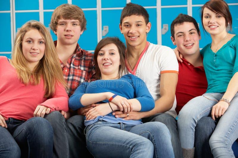 Estudiantes adolescentes que se relajan por la escuela de Lockers In foto de archivo