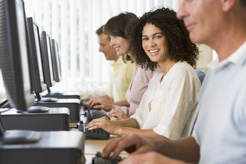 Estudiantes adultos en un laboratorio del ordenador fotografía de archivo