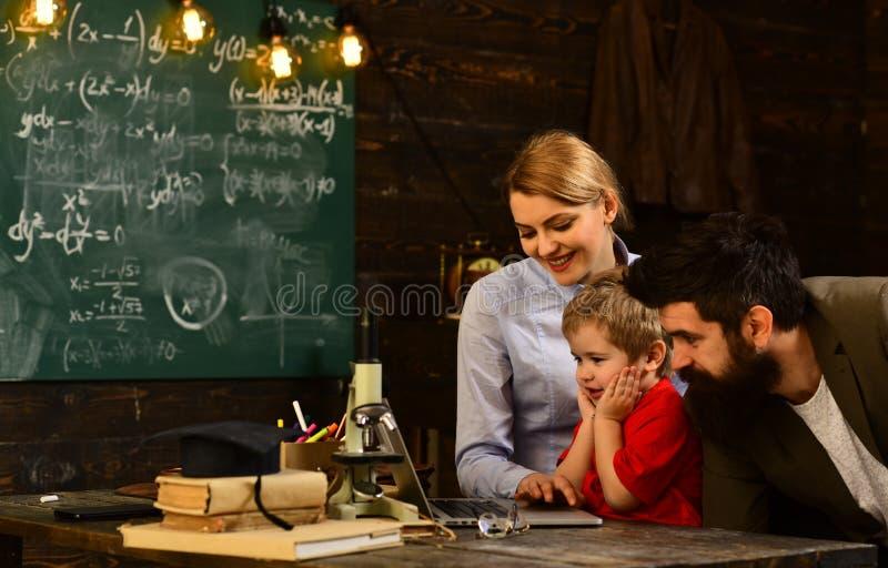 Estudiantes adultos sonrientes durante rotura en el interior de la sala de clase, la graduación y el concepto de la gente - profe fotos de archivo
