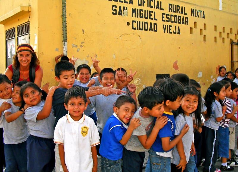 Estudiantes animados en Guatemala rural fotografía de archivo libre de regalías