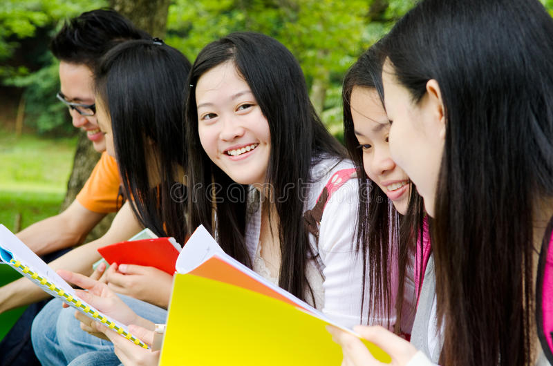 Estudiantes asiáticos imagenes de archivo