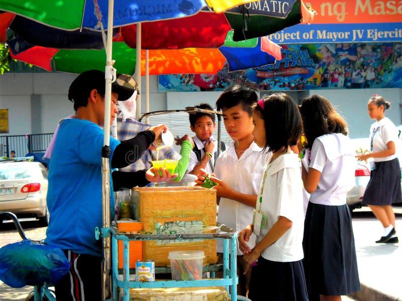 Estudiantes asiáticos jovenes que compran comida imagenes de archivo