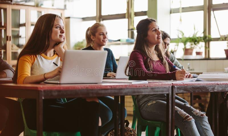 Estudiantes atentos en sala de clase fotografía de archivo