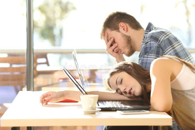 Estudiantes cansados que se entregan al cansancio imágenes de archivo libres de regalías