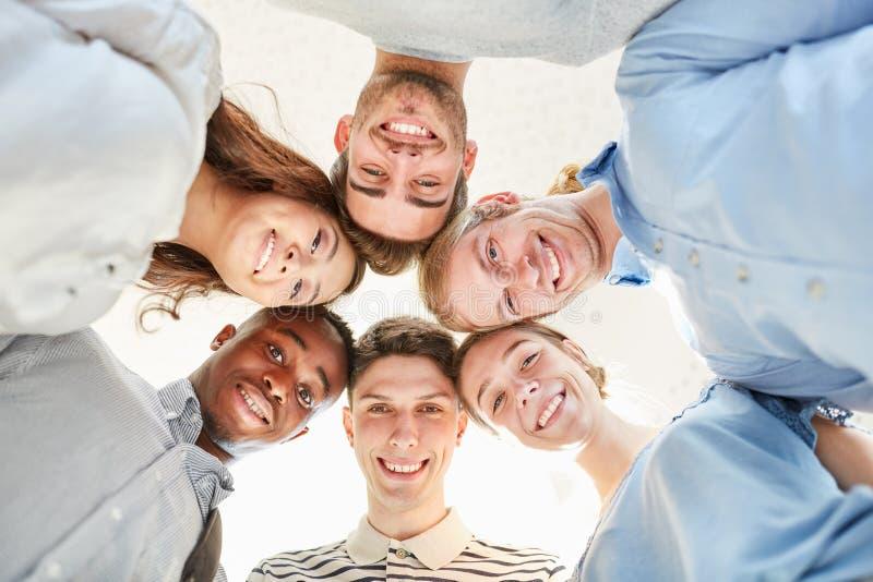 Estudiantes como equipo en un círculo imagen de archivo libre de regalías