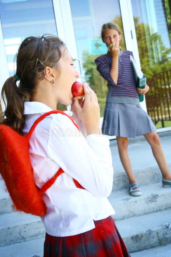Estudiantes con la manzana imagen de archivo