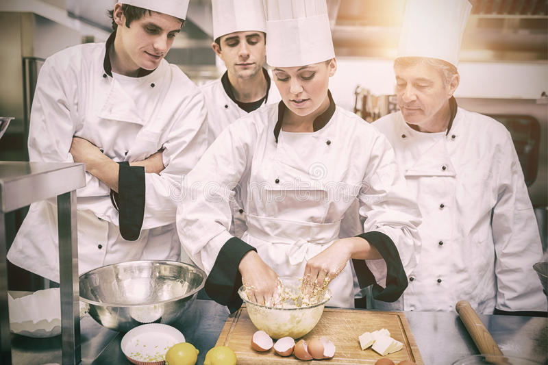 Estudiantes culinarios que aprenden cómo mezclar la pasta foto de archivo libre de regalías