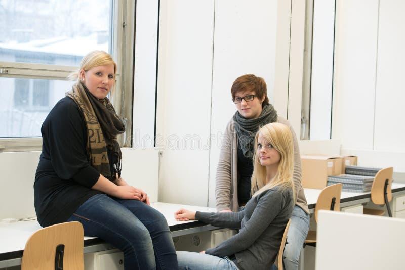 Estudiantes de charla imagen de archivo libre de regalías