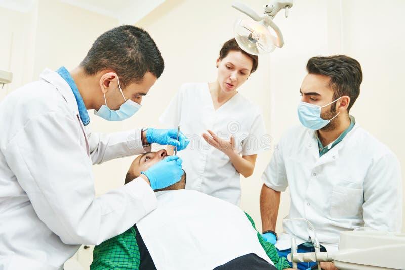 Estudiantes de enseñanza del doctor de sexo femenino del dentista fotos de archivo