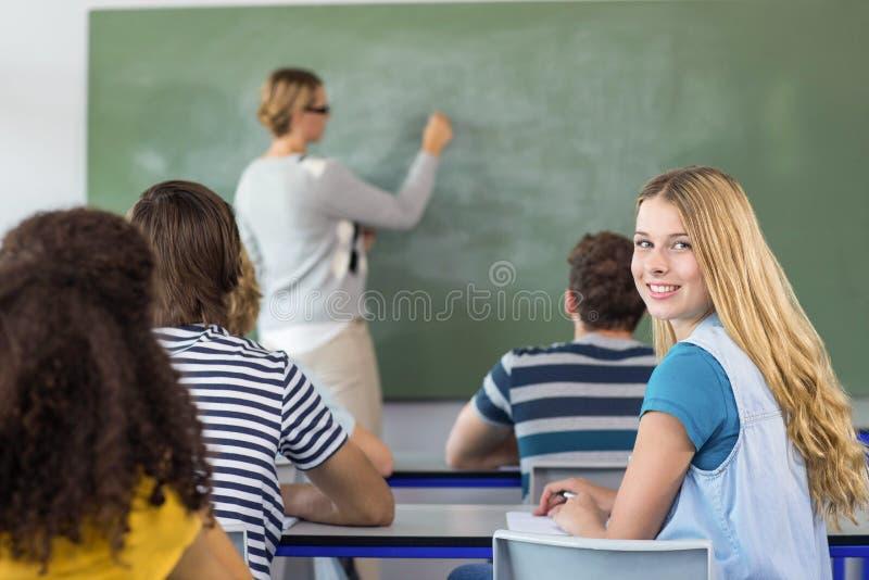 Estudiantes de enseñanza del profesor en clase foto de archivo