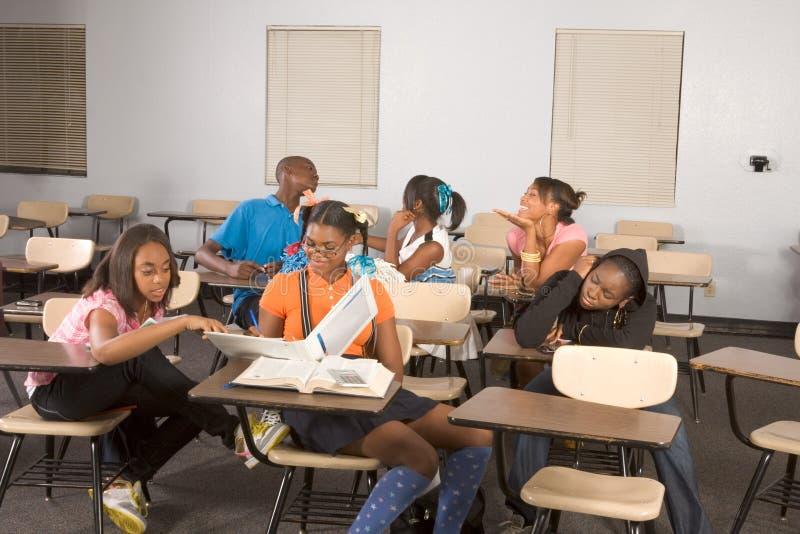 Estudiantes de Highschool que ensucian en clase durante rotura fotografía de archivo libre de regalías