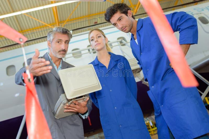 Estudiantes de la aviación con el instructor foto de archivo