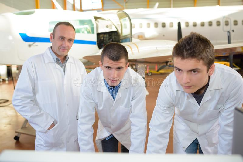 Estudiantes de la aviación que se inclinan en banco fotografía de archivo libre de regalías