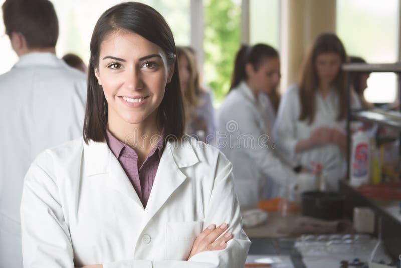 Estudiantes de la ciencia que trabajan con las sustancias químicas en el laboratorio en la universidad Estudiante feliz, contenid imágenes de archivo libres de regalías