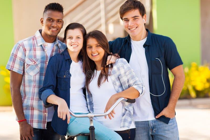 Estudiantes de la escuela al aire libre fotografía de archivo