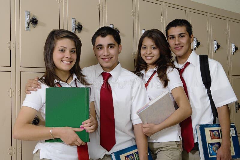 Estudiantes de la High School secundaria al lado de los armarios de la escuela imagenes de archivo