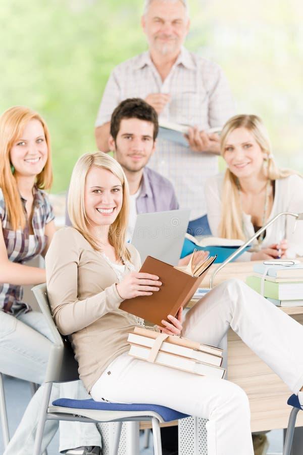 Estudiantes de la High School secundaria con el profesor maduro imagenes de archivo