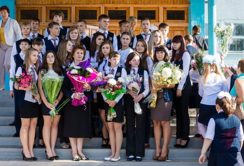 Estudiantes de la High School secundaria el conocimiento día el 1 de septiembre en Rusia fotografía de archivo libre de regalías