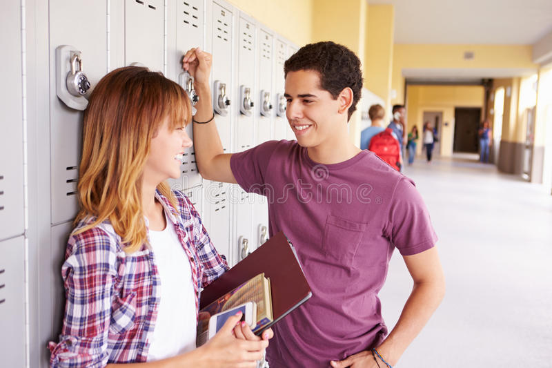 Estudiantes de la High School secundaria que hacen una pausa hablar de los armarios fotos de archivo