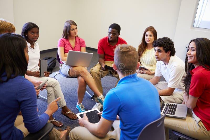 Estudiantes de la High School secundaria que participan en el grupo Discussi imagenes de archivo