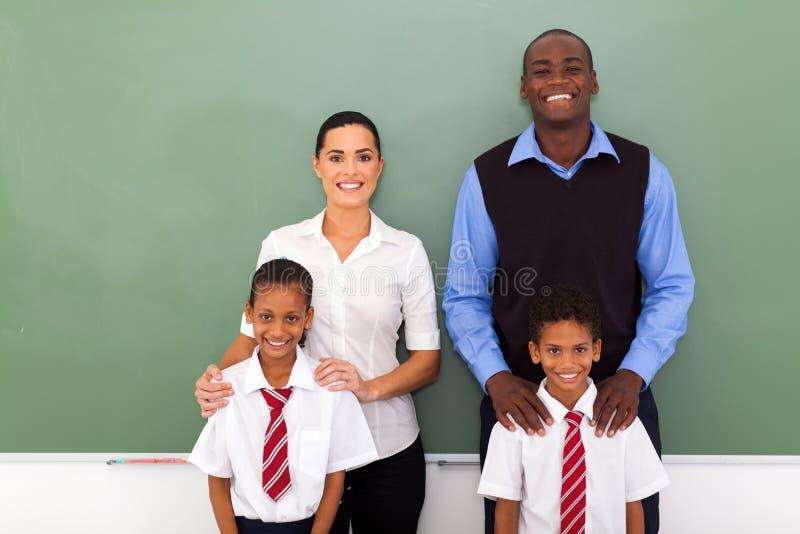 Estudiantes de los profesores del grupo imagen de archivo