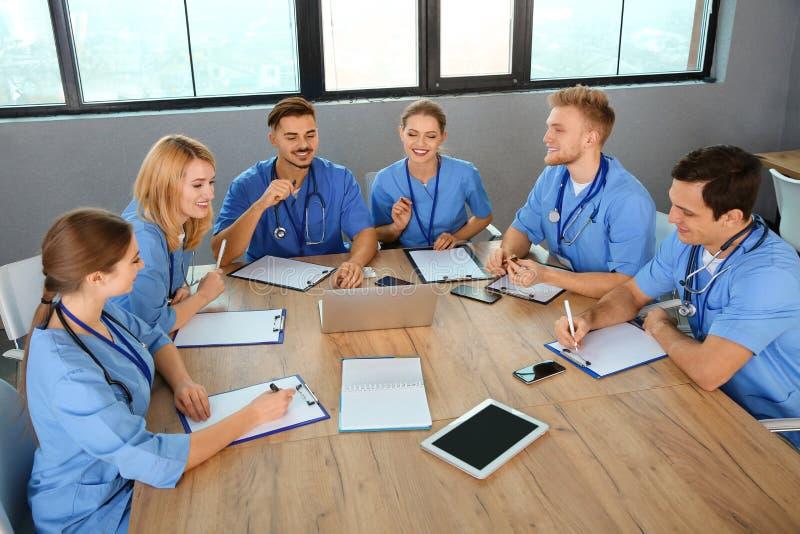 Estudiantes de medicina en estudiar de los uniformes imagenes de archivo